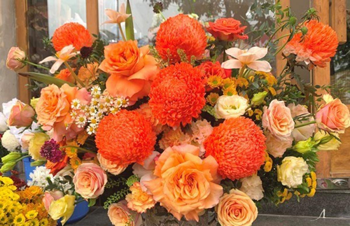 Hoa chủ đạo của các bó hoa, lẵng hoa đắt tiền chủ yếu là hoa hồng Ecuador nhập khẩu từ Anh, hoa phụ bó kèm cũng là những loại hoa nhập từ Hà Lan. (Ảnh: Tiền phong)