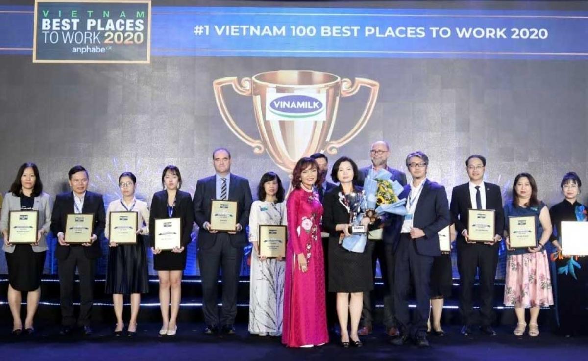 Bà Bùi Thị Hương – Giám đốc điều hành Khối Nhân sự, Hành chính & Đối ngoại Vinamilk nhận giải thưởng Nơi làm việc tốt nhất Việt Nam năm 2020.