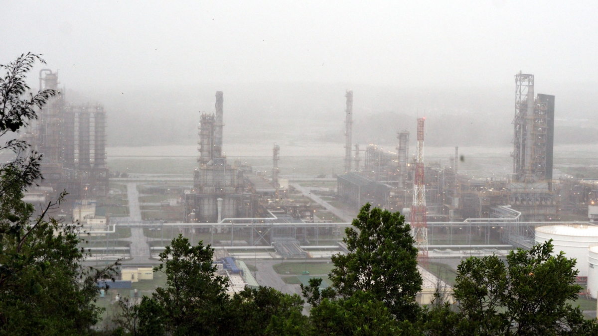Nhà máy Lọc dầu Dung Quất vẫn hoạt động an toàn, ổn định và liên tục trong cơn bão số 9. Ảnh chụp lúc 8h00 ngày 28/10.
