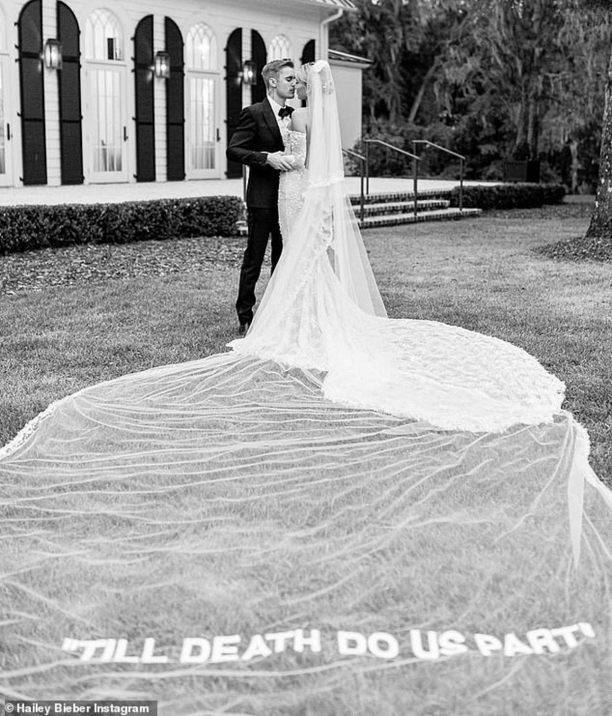 Cô và ông xã Justin Bieber vừa khoe loạt ảnh kỷ niệm 1 năm ngày cưới trên trang Instagram cá nhân.