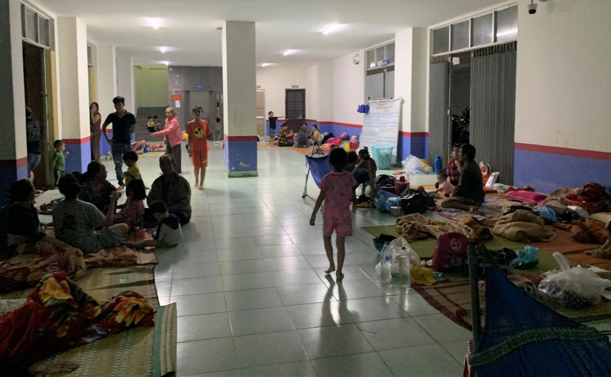 Bà con nhân dân thôn Phước Thiện (xã Bình Hải) trú bão an toàn tại Khu tập thể Vạn Tường.