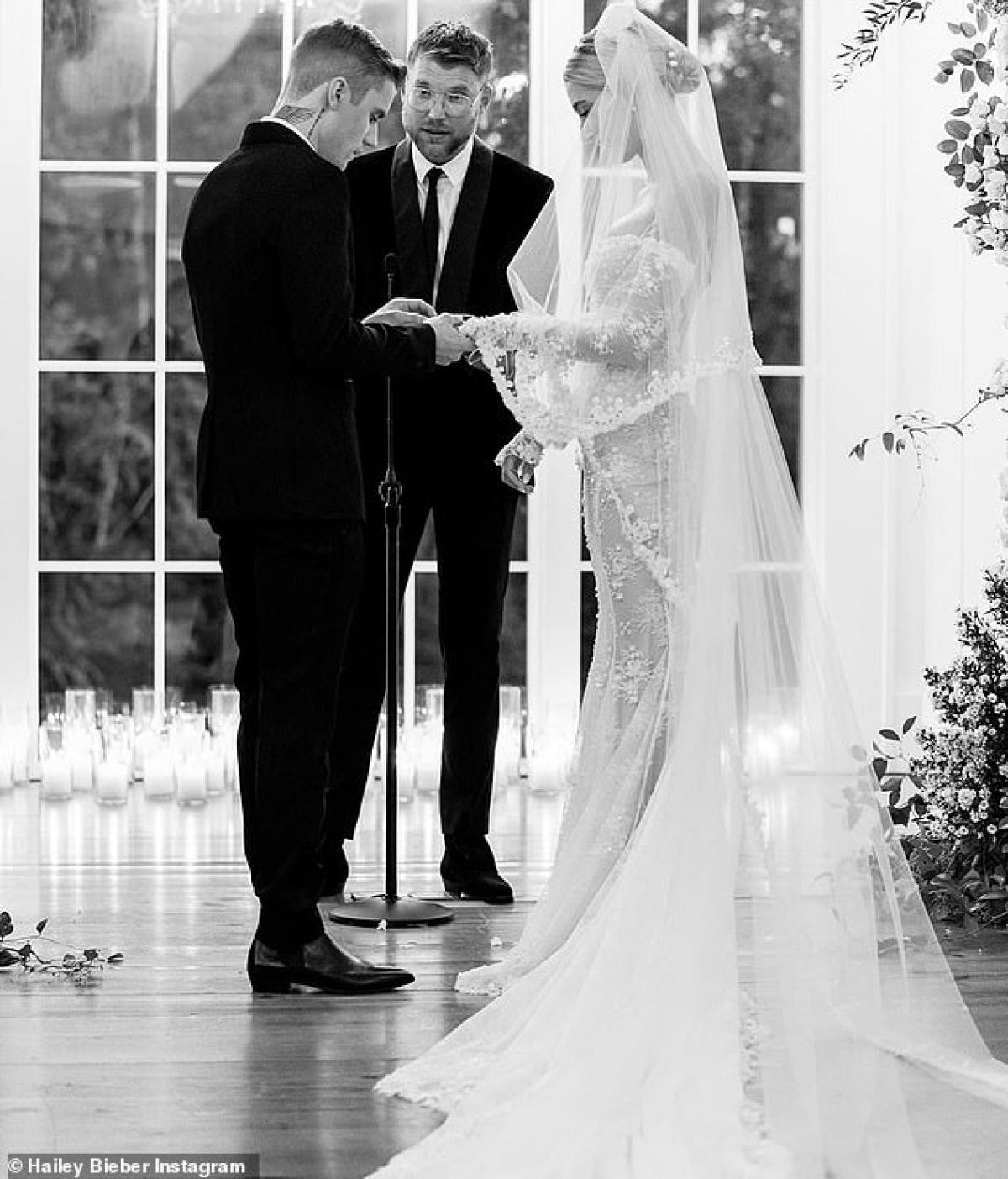 """Justin Bieber viết: """"Hailey, anh thật may mắn vì được làm chồng của em. Mỗi ngày trôi qua, anh đều cố gắng sống tốt hơn mỗi ngày khi sống cạnh em. Anh hứa dành tình yêu trọn vẹn cho em trong quãng thời gian còn lại của cuộc đời. Anh sẽ giúp em đạt được những ước mơ của mình. Chúc mừng kỷ niệm một năm ngày cưới, cô gái đáng yêu của anh""""."""