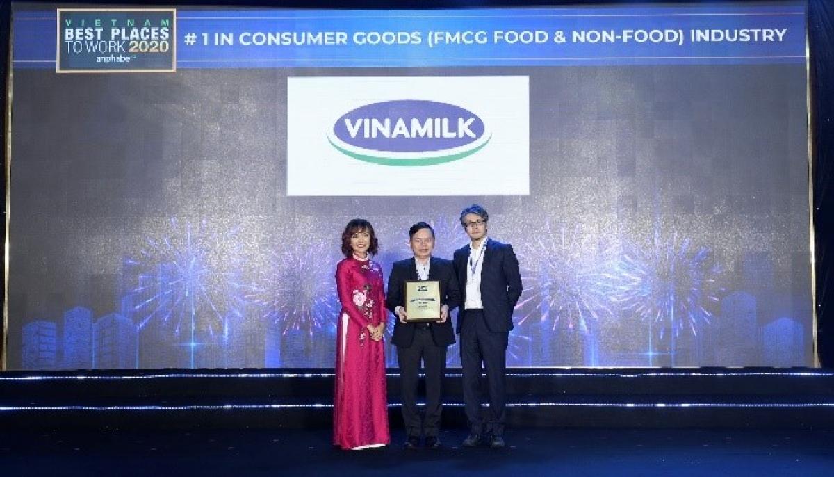 """Vinamilk còn dẫn đầu 2 bảng xếp hạng khác là """"Top 50 Doanh nghiệp Việt có thương hiệu nhà tuyển dụng hấp dẫn"""" và """"Nơi làm việc tốt nhất trong ngành hàng tiêu dùng nhanh""""."""
