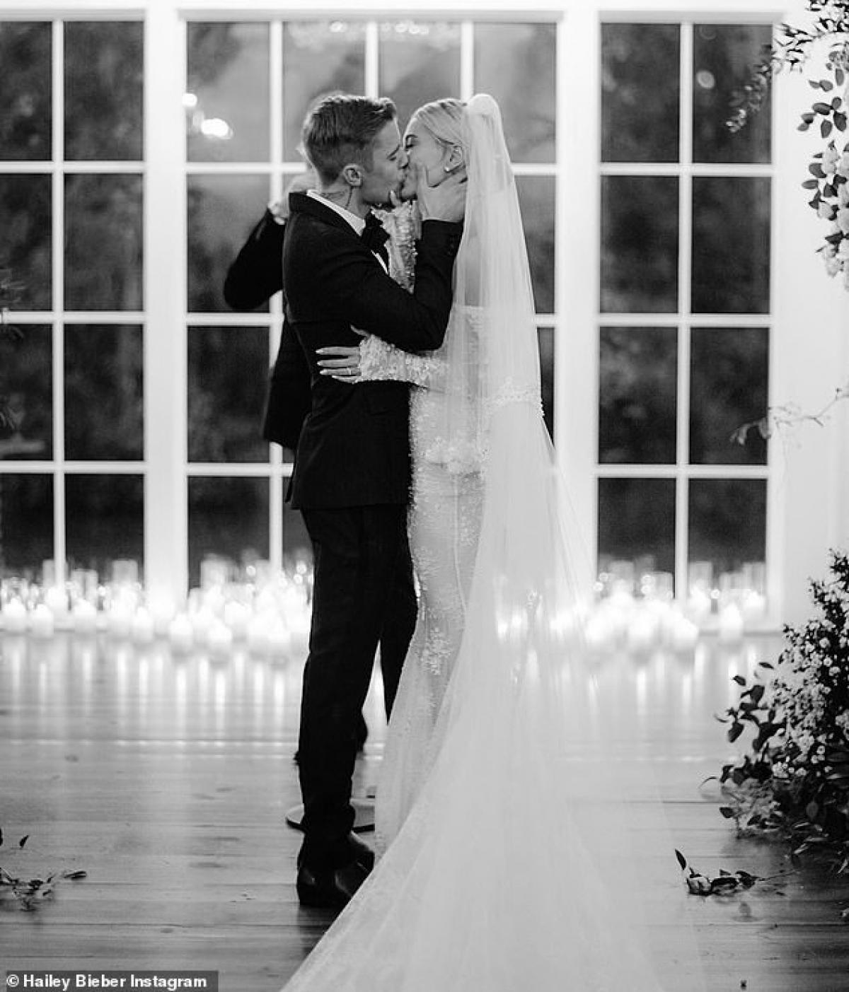 Trên trang cá nhân, vợ chồng ca sĩ Justin Bieber cũng đăng tải những hình ảnh trong ngày cưới cách đây một năm ở khu resort Montage Palmetto Bluff, Nam Carolina (Mỹ)./.