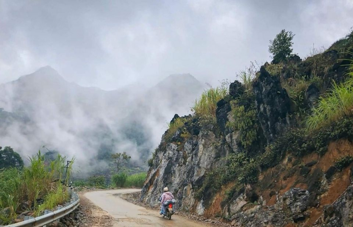 Travelling by motorbike along these paths proves to be an unforgettable experience for visitors. (Photo: Pham Hang)