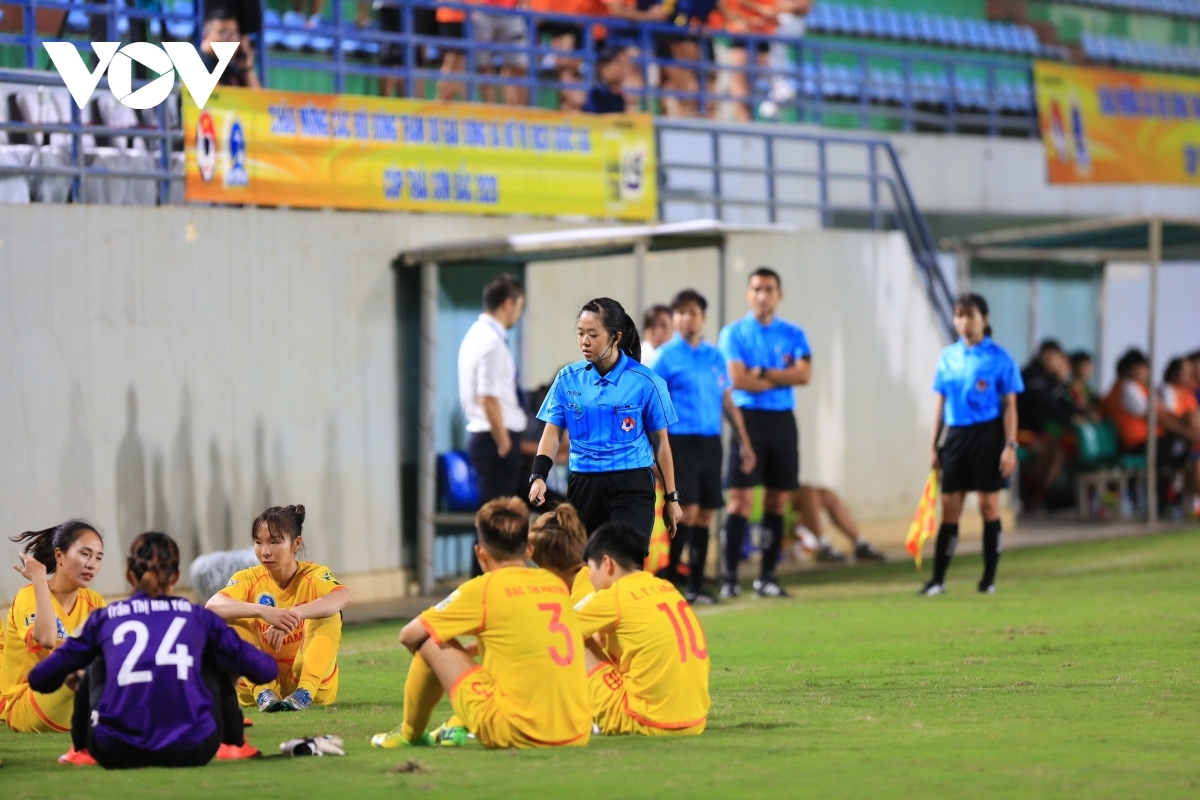 Các cầu thủ Hà Nam bỏ ngang trận đấu sau khi bị trọng tài thổi phạt đền ở phút 89. (Ảnh: Hoài Thu)