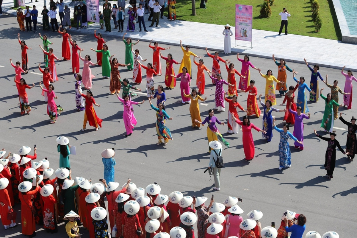 Women wearing Ao Dai put on a dance performance, drawing the attention of many local residents and tourists.