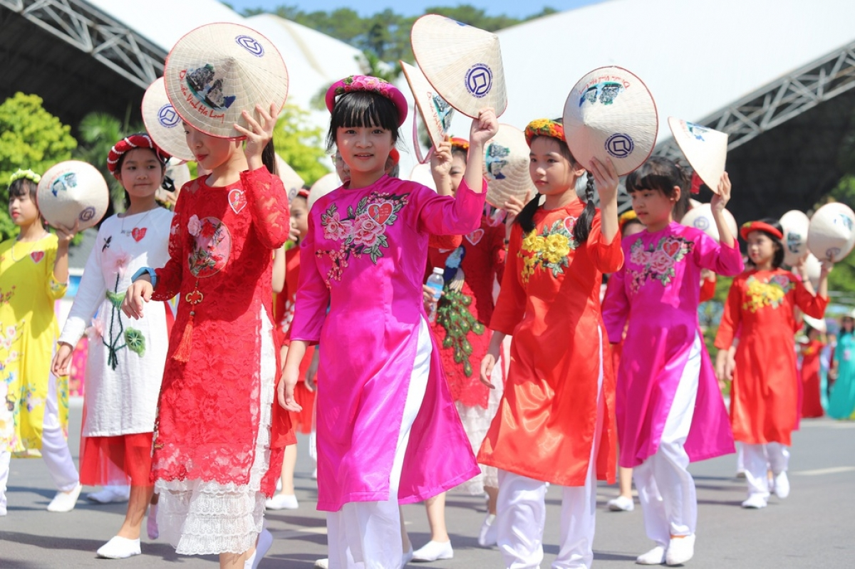 Students appear wearing Ao Dai and Non La, a type of conical hat.