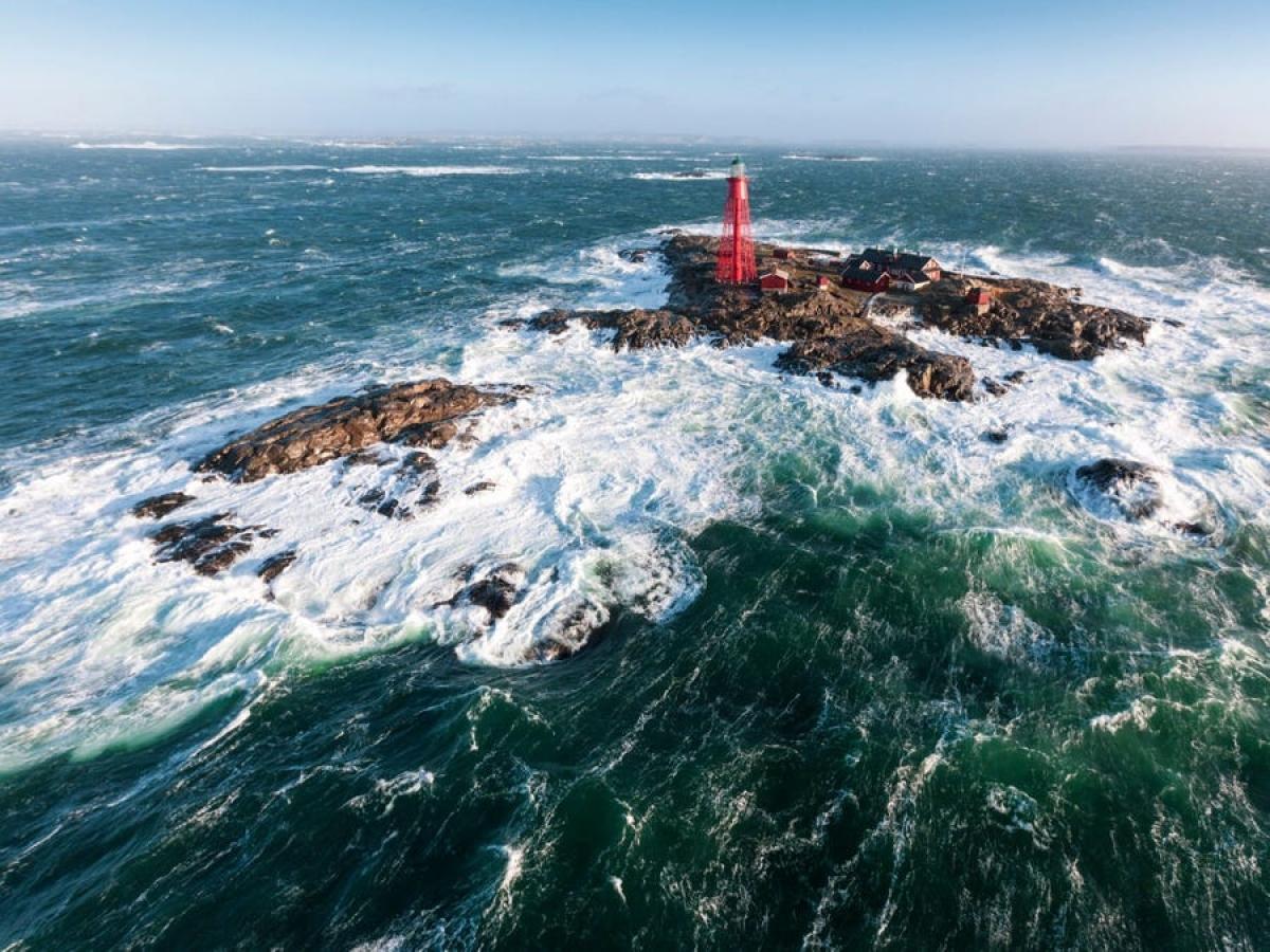"""Cách đất liền 5 hải lý, Khách sạn Pater Noster chỉ có thể tiếp cận bằng tàu hoặc trực thăng. Truyền thuyết kể rằng các thủy thủ thường nói """"Pater Noster"""" (nghĩa là Lời cầu nguyện trong tiếng Latin) mỗi khi đi qua hòn đảo."""