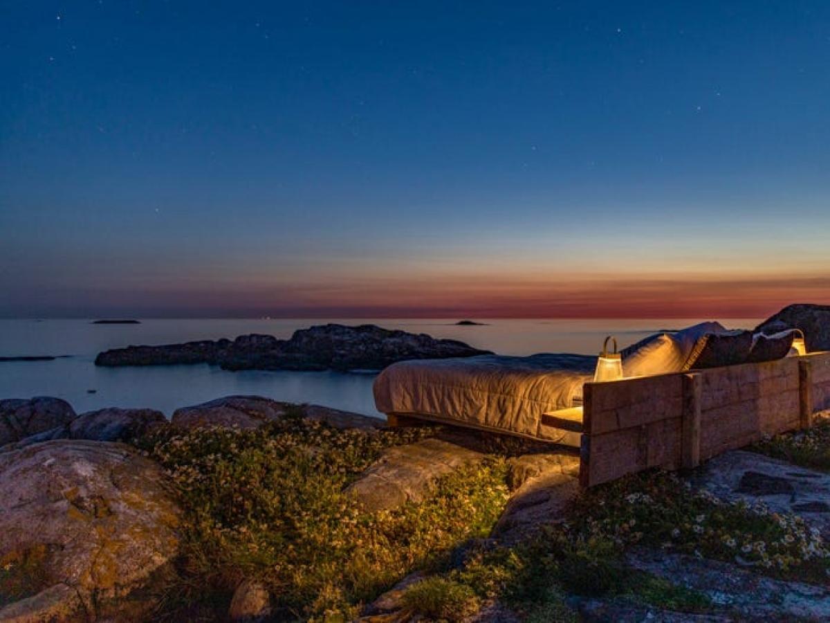 """Với slogan """"Ngôi nhà nơi chân trời"""", khách sạn có cả những chiếc giường ngoài trời cho những ai muốn ngủ dưới ánh sao. Trong những đêm trời quang, du khách có thể thấy cả những ánh đèn hải đăng từ Đan Mạch - phía bên kia đại dương."""