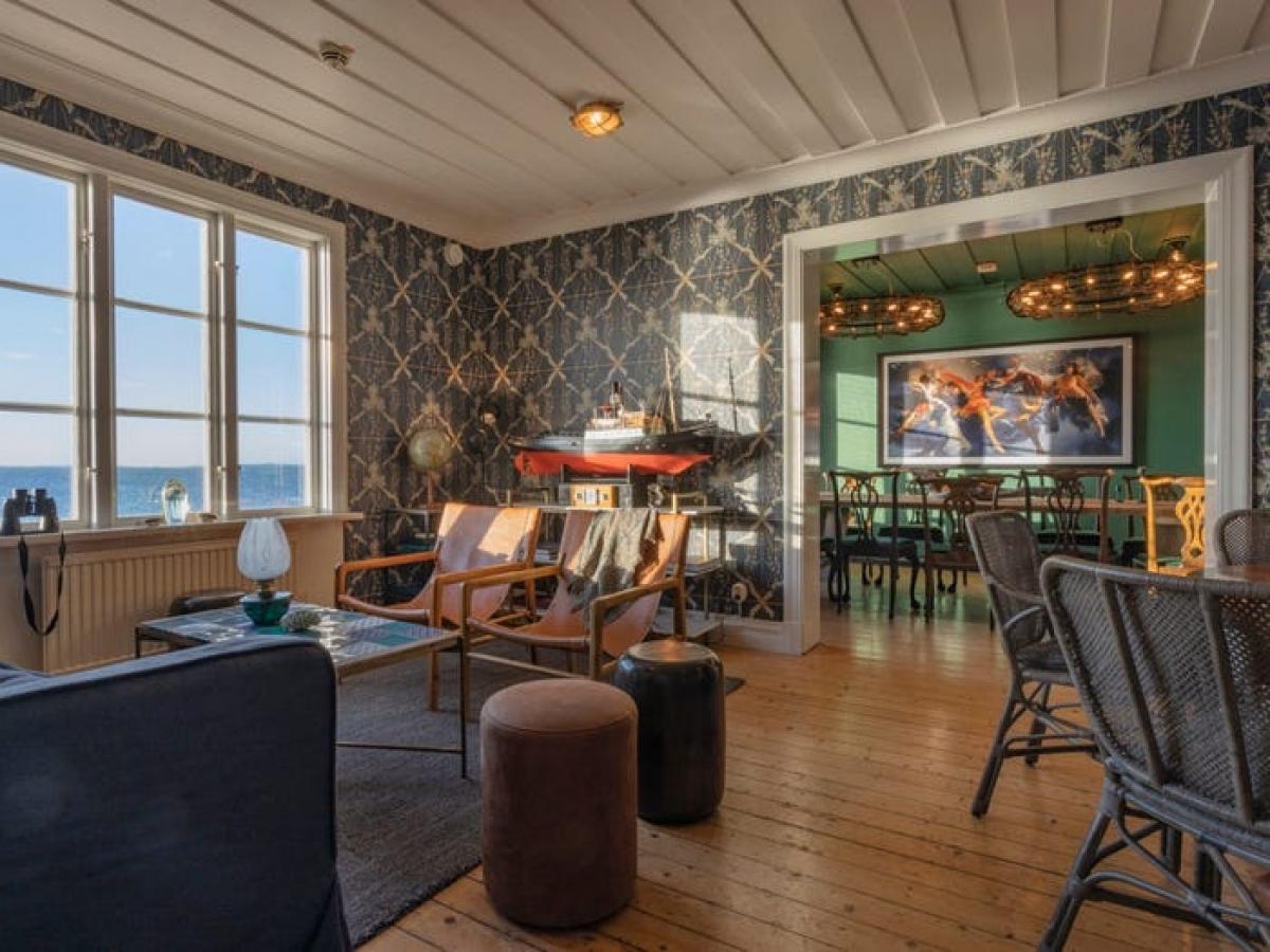 Khách sạn có 8 phòng đôi, một khu vực ăn tối riêng và quán cà phê mùa hè. Không gian được thiết kế thân thiện, gần gũi giống như ở nhà; với nội thất và phong cách bắt nguồn từ văn hóa bản xứ.