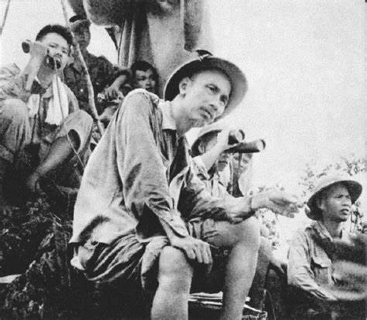 Chủ tịch Hồ Chí Minh trên đài quan sát mặt trận Đông Khê, Chiến dịch Biên giới, ngày 16/9/1950. Ảnh: Vũ Năng An