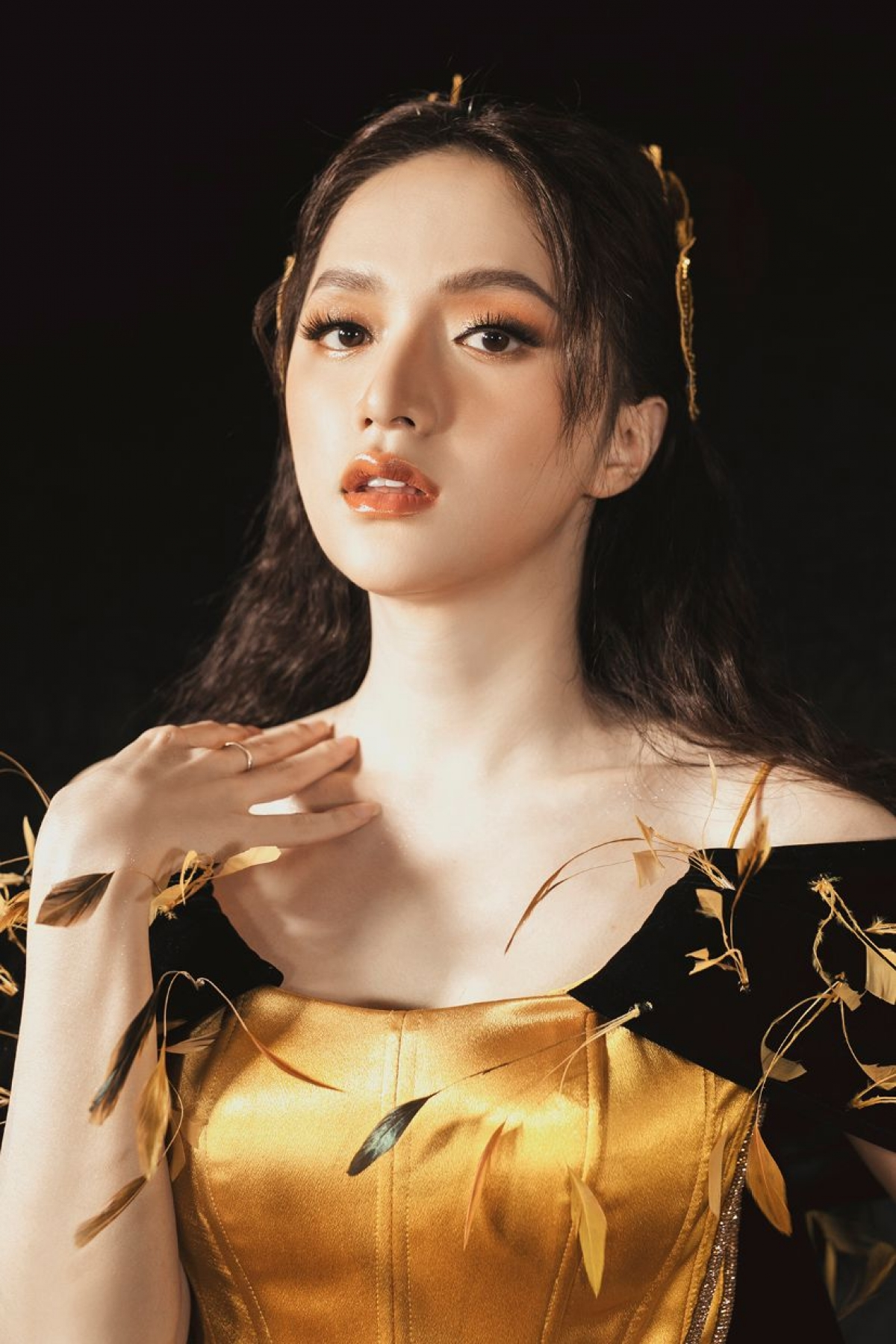 Người đẹp xuất hiệnrạng rỡtrong bộ trang phục lộng lẫy cùng phong thái trình diễn tự tin và thần thái thuhút. Sự xuất hiện của Hương Giang và phần trình diễn của những người mẫu nhí đã khép lại một đêm trình diễn đầy ấn tượng, nhiều màu sắc của Vietnam Junior Fashion Week Thu Đông 2020.