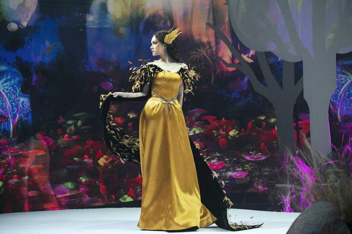"""BST cuối cùng khép lại ngày đầu tiên của VJFW Thu Đông 2020 đến từ thương hiệu Thái Nguyễn. Lần đầu tiên tham gia chương trình, Thái Nguyễn mang đến BST mang tên """"Dorothy"""" với màu sắc chủ đạo vàng, hồng, đen,..."""