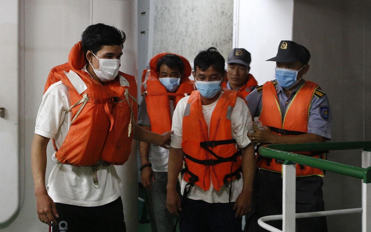 Các ngư dân được đưa lên tàu. (Sở Chỉ huy phía trước tại Cam Ranh cung cấp)