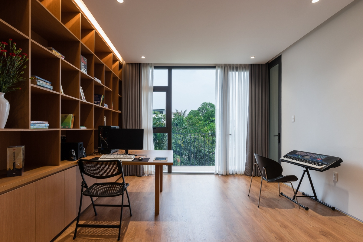 Phòng làm việc hướng ra khoảng sân vườn giúp chủ nhà cảm thấy yên tĩnh, có thể tập trung tối đa để sáng tạo.