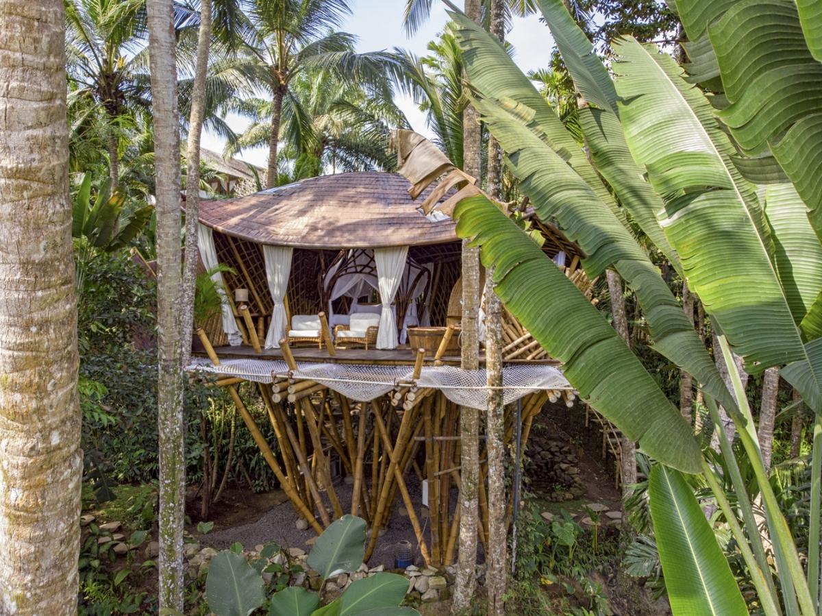 Được làm từ những thanh tre chẻ đôi có chiều cao trên 8m, ngôi nhà trên cây có cấu trúc chắc chắn đảm bảo tuổi thọ cũng như độ thẩm mỹ. Phần lớn tre, lá dừa, làm nhà đều được khai thác tại địa phương.