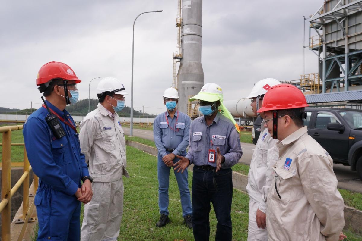 Tổng Giám đốc BSR Bùi Minh Tiến (thứ hai bên trái) trao đổi với các chuyên gia O&M về công tác phòng, chống bão.