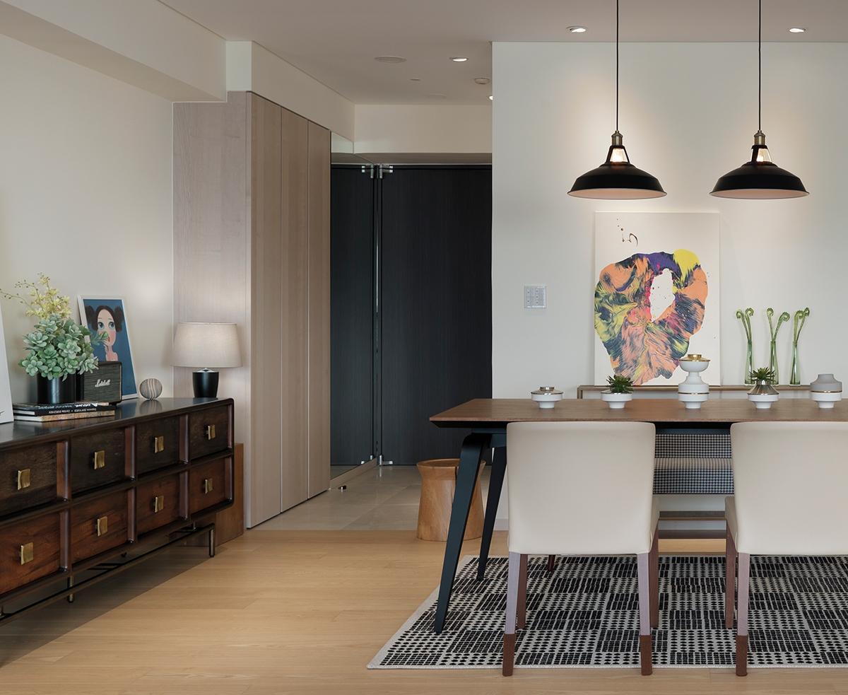 Sau khi cải tạo, lối vào lối vào mang màu sắc ấm và trầm, phù hợp với sở thích của chủ nhà.
