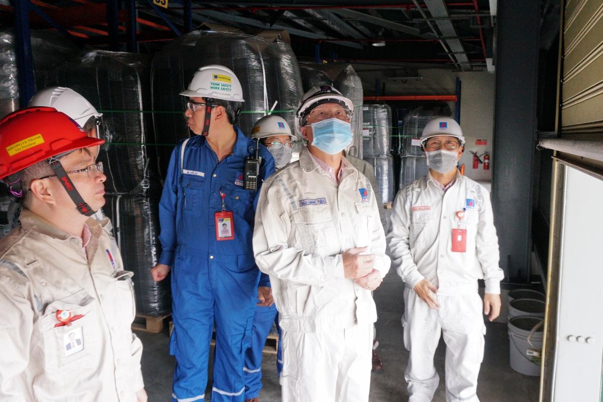 Lãnh đạo Công ty kiểm tra công tác phòng chống bão tại Kho hóa phẩm xúc tác.