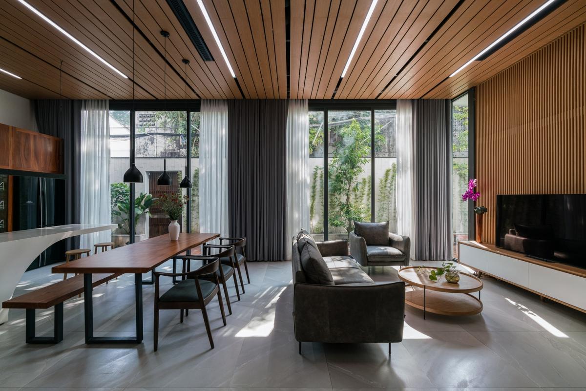 Để tạo sự riêng tư, không gian bên trong được ngăn chia thành 2 phần riêng biệt. Theo đó không gian chung như phòng khách, bếp và thư viện đặt phía bên trái, phòng ngủ và cầu thang sẽ đặt ở phía còn lại.