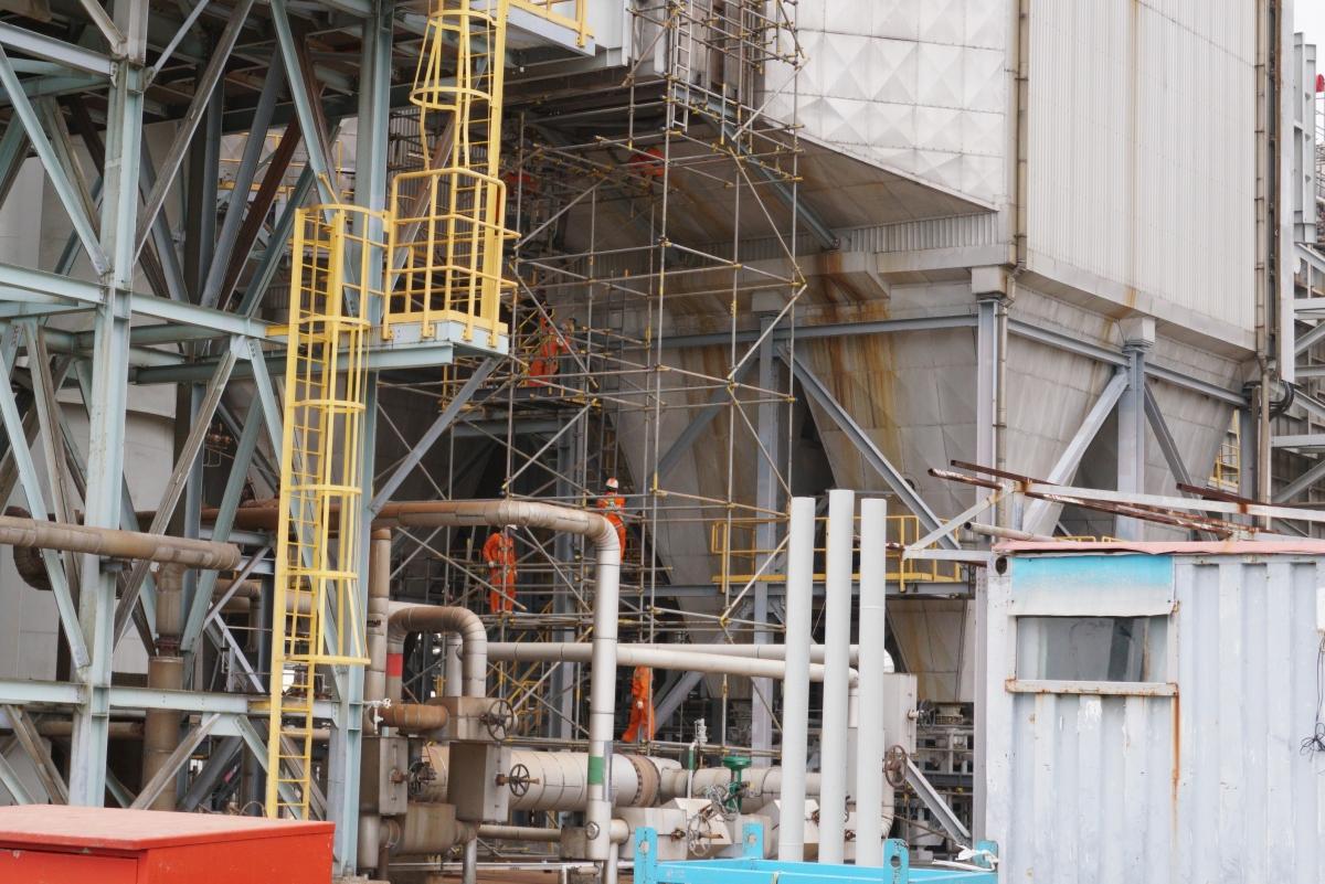 Ban Bảo dưỡng sửa chữa tháo các giàn giáo tại phân xưởng FRCC của NMLD Dung Quất.