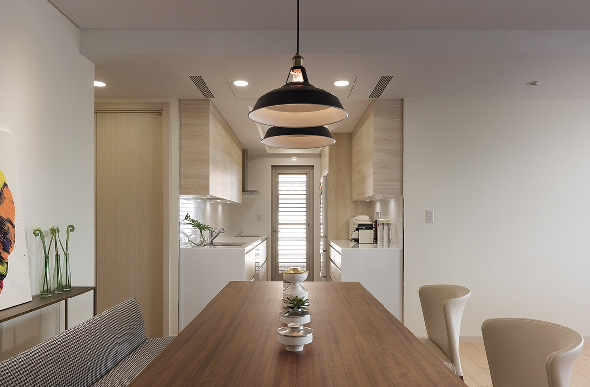 Loại bỏ bức tường cũ, chủ nhà trổ thêm một cửa phụ cạnh bếp để lấy ánh sáng.