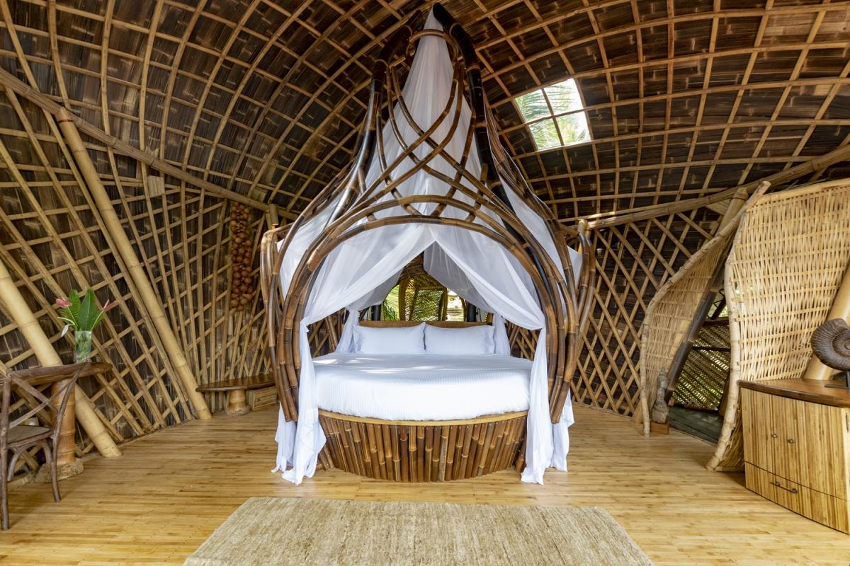 Trần và tường nhà được làm từ những thanh tre chẻ đôi rộng 3 cm x dày 2,5 cm x dài 4 m, tạo ra một lớp vỏ dạng lưới tạo độ vững chãi cho công trình.