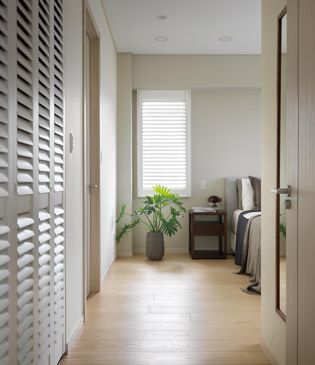 Muốn có được giấc ngủ sâu và thoải mái, chị chủ nhà cũng không quên chọn sàn gỗ ốp phòng ngủ, cửa xếp, để tăng cường thông gió tự nhiên