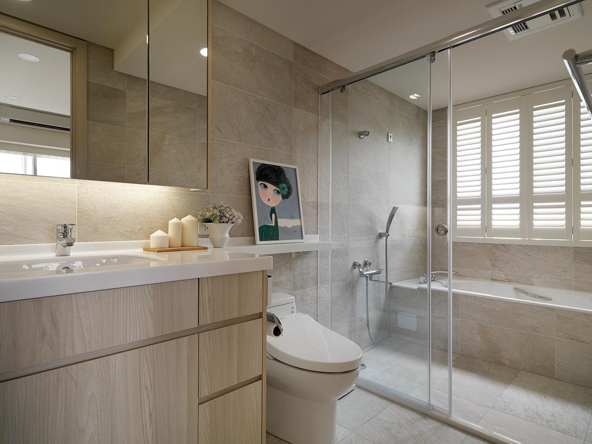 Phòng tắm ốp đá tự nhiên đảm bảo tuổi thọ lâu dài, ngoài ra các loại hộp lưu trữ được sắp xếp gọn gàng, tạo lối di chuyển thông thoáng, rộng rãi.