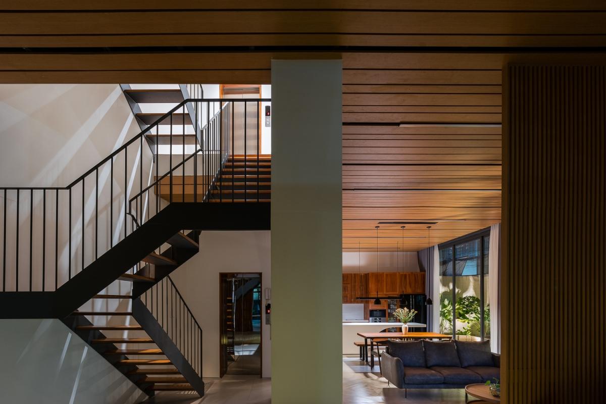 Giếng trời đặt trên cầu thang đưa ánh sáng xuống tận các tầng bên dưới.