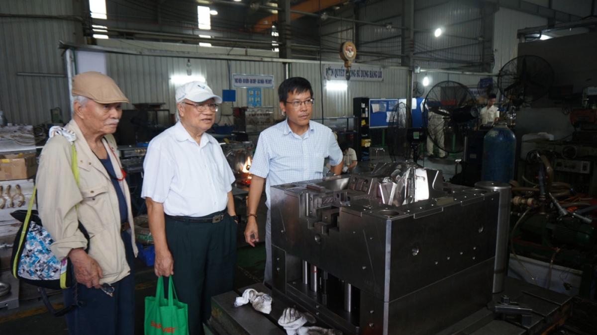 Kỹ sư Trần Tuấn Thanh (ngoài cùng bên trái) và kỹ sư Nguyễn An Lương thăm cơ sở sản xuất của Công ty TNHH Cơ khí chính xác-dịch vụ và thương mại Việt Nam, tai khu công nghiệp Đông phong Bắc Ninh.