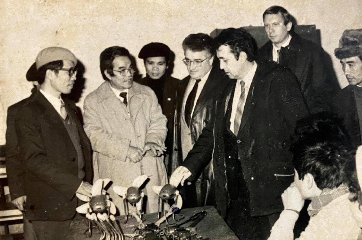 Kỹ sư Trần Tuấn Thanh đưa các chuyên gia Liên Xô (đại diện khối SEV) thăm nhà máy động cơ Hà Nam Ninh.