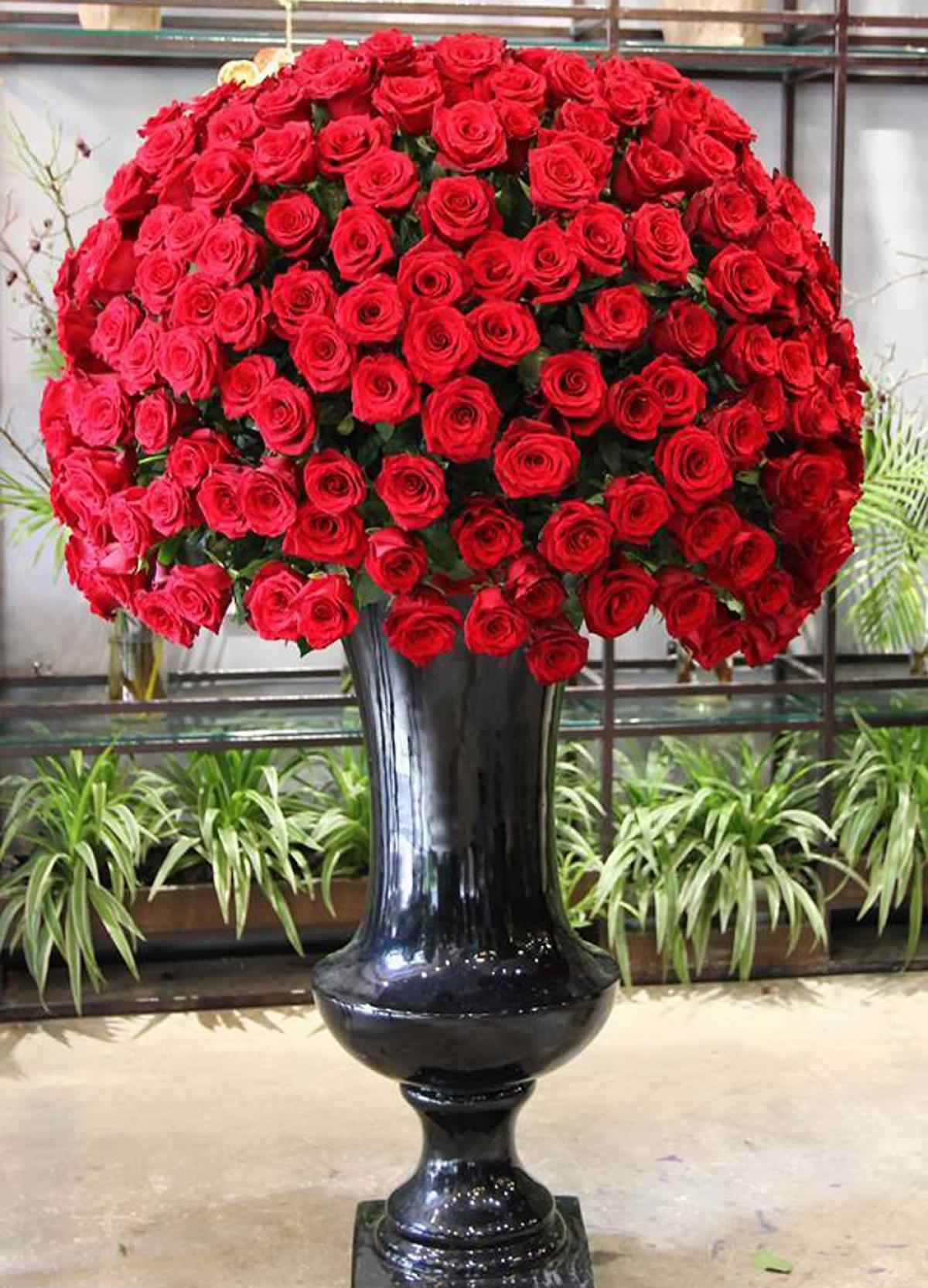 Dịp lễ 20/10 năm nay, ở phân khúc cao cấp có nhiều bình hoa giá vài chục triệu đồng. Trong ảnh là bình hoa gồm 300 bông hồng Ecuador nhập khẩu được rao bán hơn 50 triệu đồng. (Ảnh: Zing)