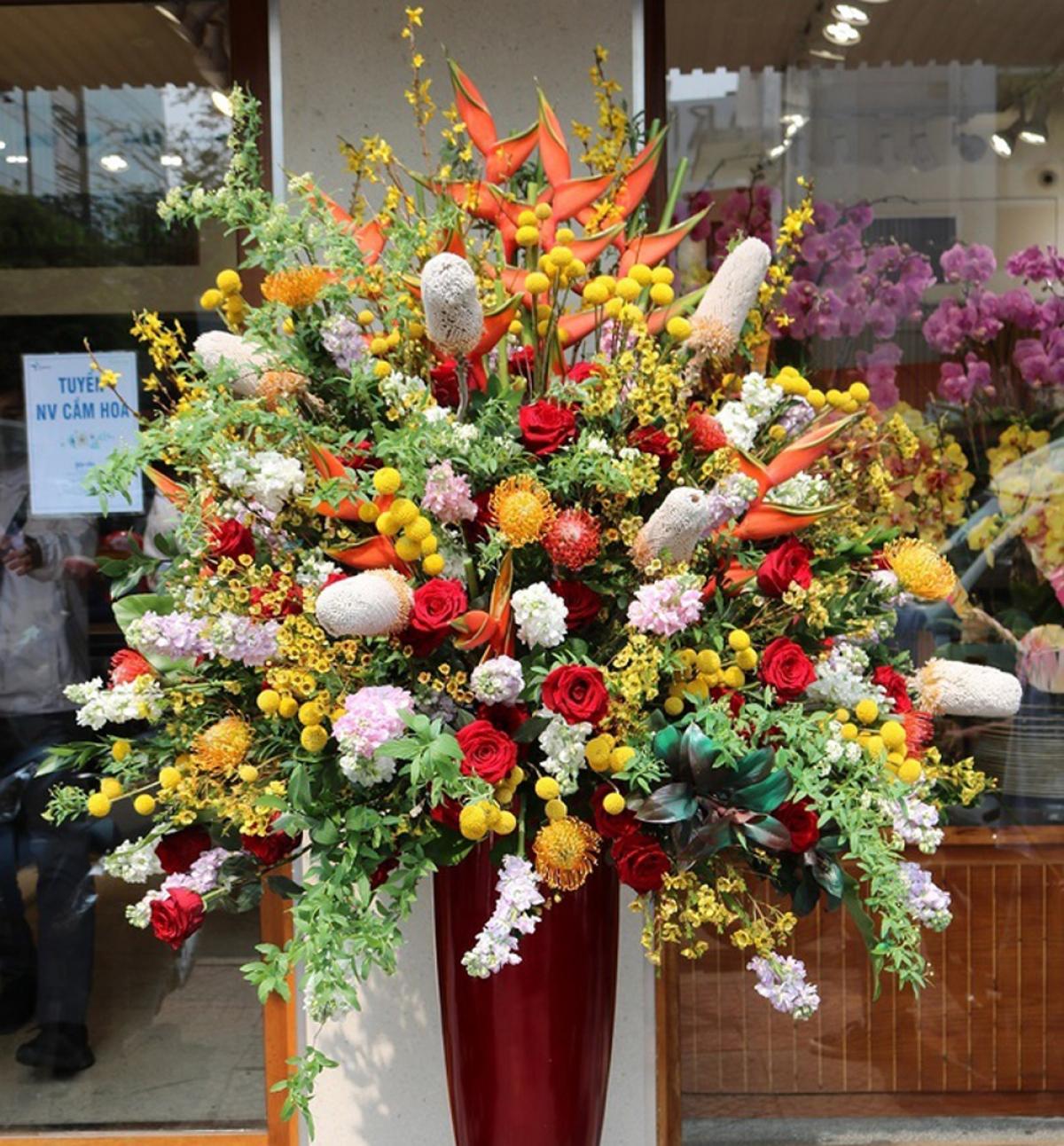 Bình hoa cao 1,6 m với nhiều loại nhập khẩu giá trị cao như hoa phi yến, hoa hồng Ecuador, hoa protea, mai mỹ, banksia... cũng được bán ra với giá 50 triệu đồng. (Ảnh: Zing)