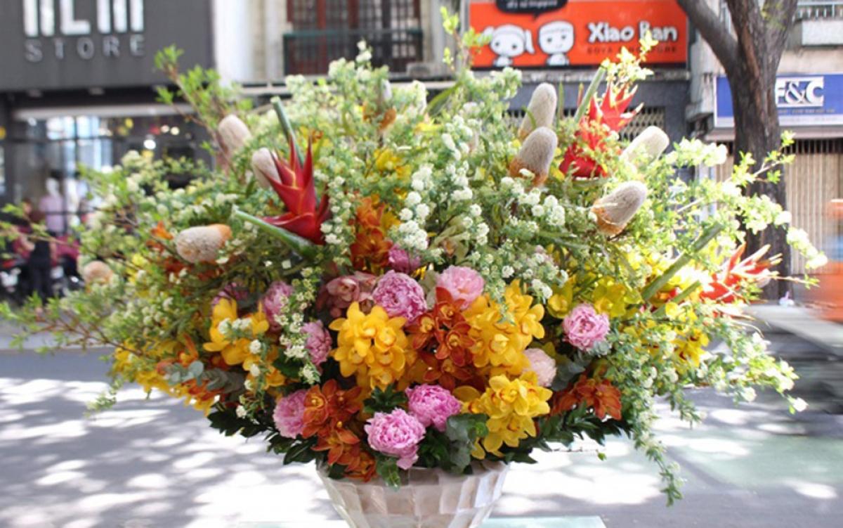 Đây là chậu hoa 35 triệu đồng gồm hoa mẫu đơn, banksia, địa lan và hoa phụ nhập khẩu từ Hà Lan. (Ảnh: Zing)