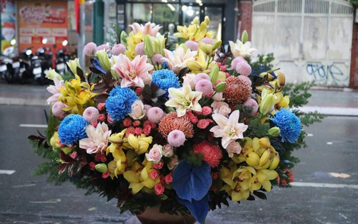 Chậu hoa ly kép kết hợp cúc mẫu đơn, cúc ping pong, địa lan, hoa hồng và hoa hồng môn nhuộm... có giá 20 triệu đồng. (Ảnh: Zing)