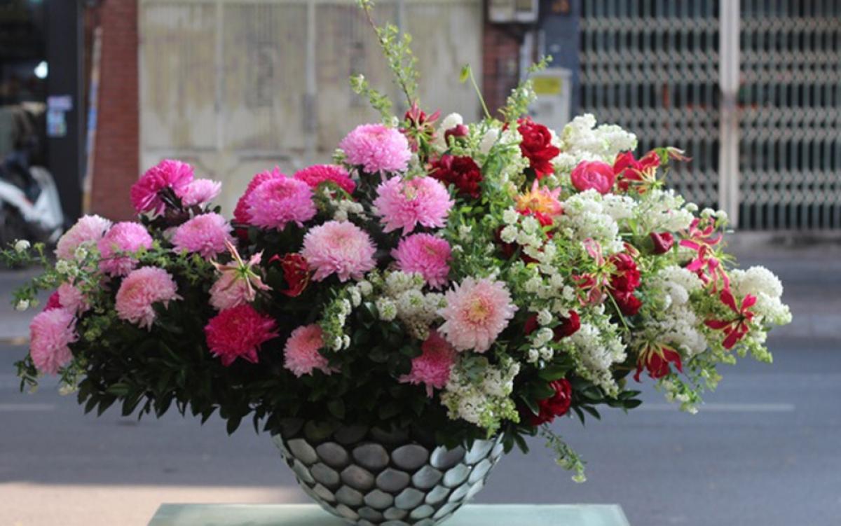 Các sản phẩm giá trị cao thường phải đặt sớm để kịp thời gian nhập hoa và chậu, vì hầu hết đều sử dụng chậu hoa có kích thước lớn, được sản xuất đặc biệt như chậu sơn mài, khảm trai... (Ảnh: Zing)