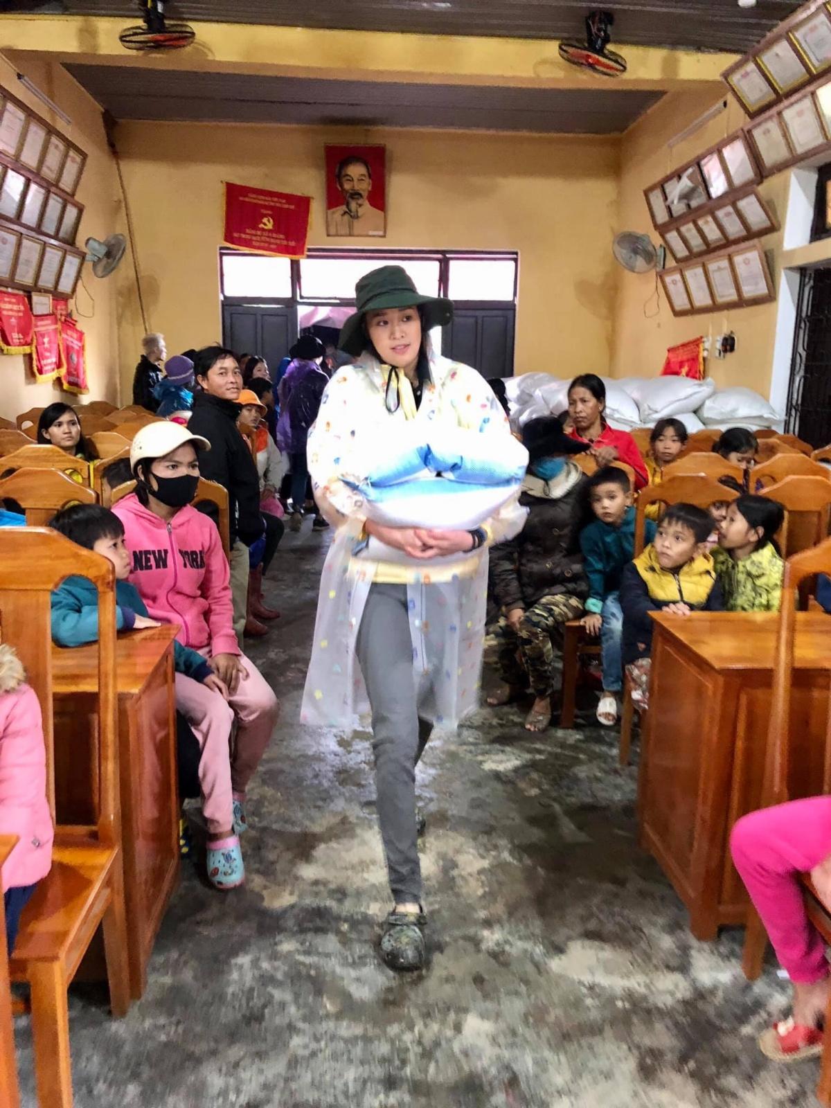 Cụ thể, đoàn đã phối hợp cùng các đơn vị ban ngành, tổ chức thăm và đến xã A Roàng, huyện A Lưới, trao 500 phần quà gồm 300 phần gạo, tiền mặt và 200 phần quà là cặp sách, vở, bánh kẹo, sữa…