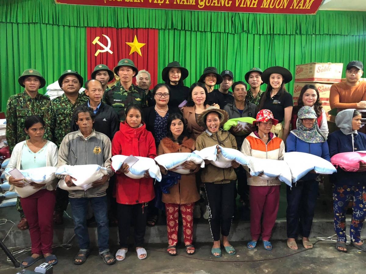Không chỉ trực tiếp kêu gọi quyên góp, cô còn cùng Á hậu Lệ Hằng, người mẫu Lê Thuý đến Thừa Thiên Huế để trao quà và tiền mặt cho người dân chịu ảnh hưởng của lũ lụt.