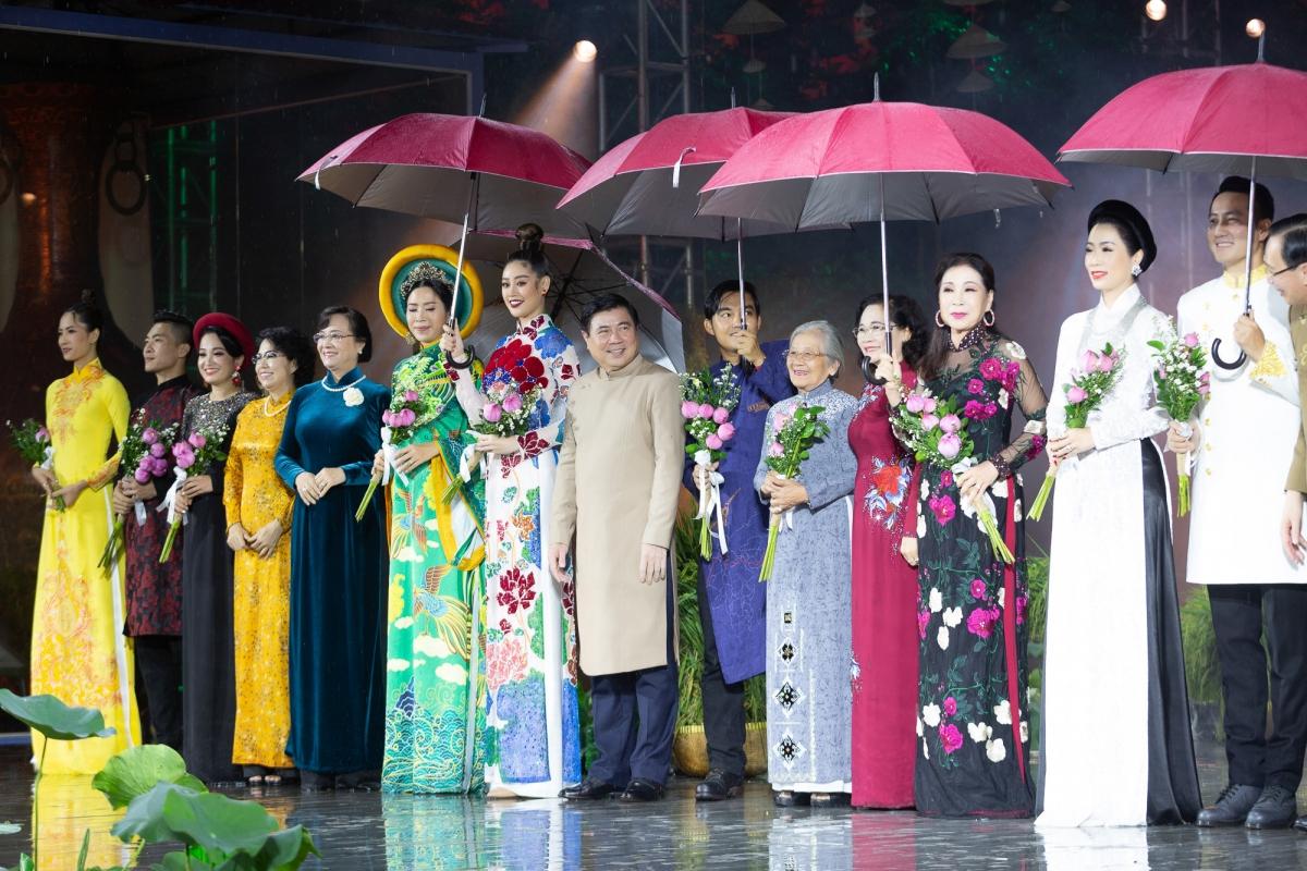 Cùng với các Đại sứ khác, Hoa hậu Khánh Vân xuất hiện rạng rỡ trên sân khấu với chiếc ô trên tay.