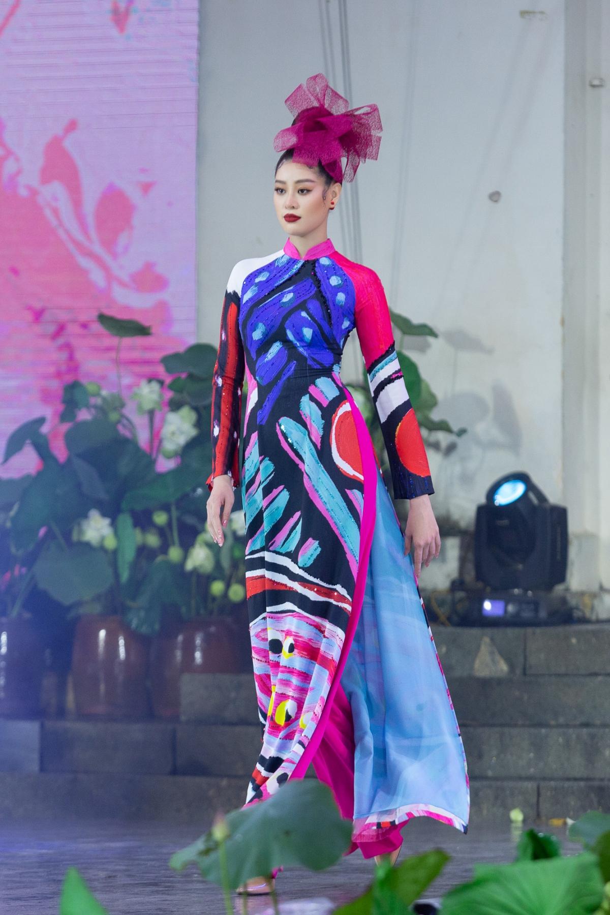 Sau đó, Hoa hậu Khánh Vân nhanh chóng thay trang phục, cùng các người mẫu trình diễn áo dài cho BST của NTK Liên Hương.