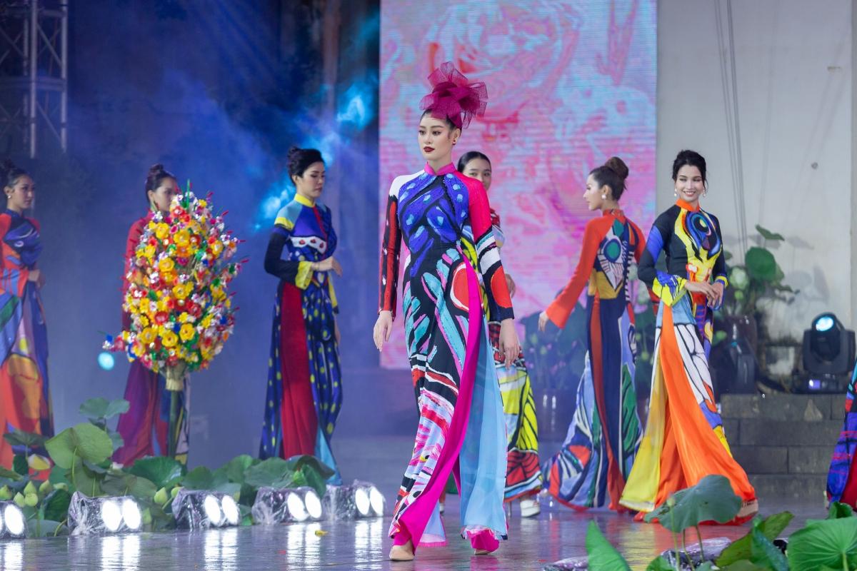 """Là """"Người đẹp áo dài"""" tại hai mùa của Hoa hậu Hoàn vũ Việt Nam, Khánh Vân chứng tỏ đẳng cấp khi khoác lên người bộ áo dài, trình diễn thướt tha, duyên dáng trên sân khấu."""