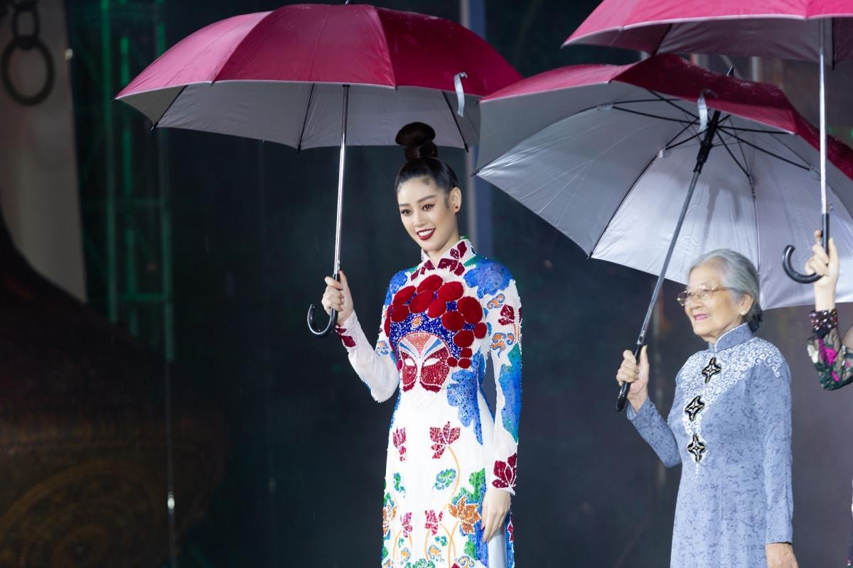 Cô liên tục nở nụ cười, chào hỏi Nghệ sĩ Ưu Tú Phi Điểu đứng bên cạnh.