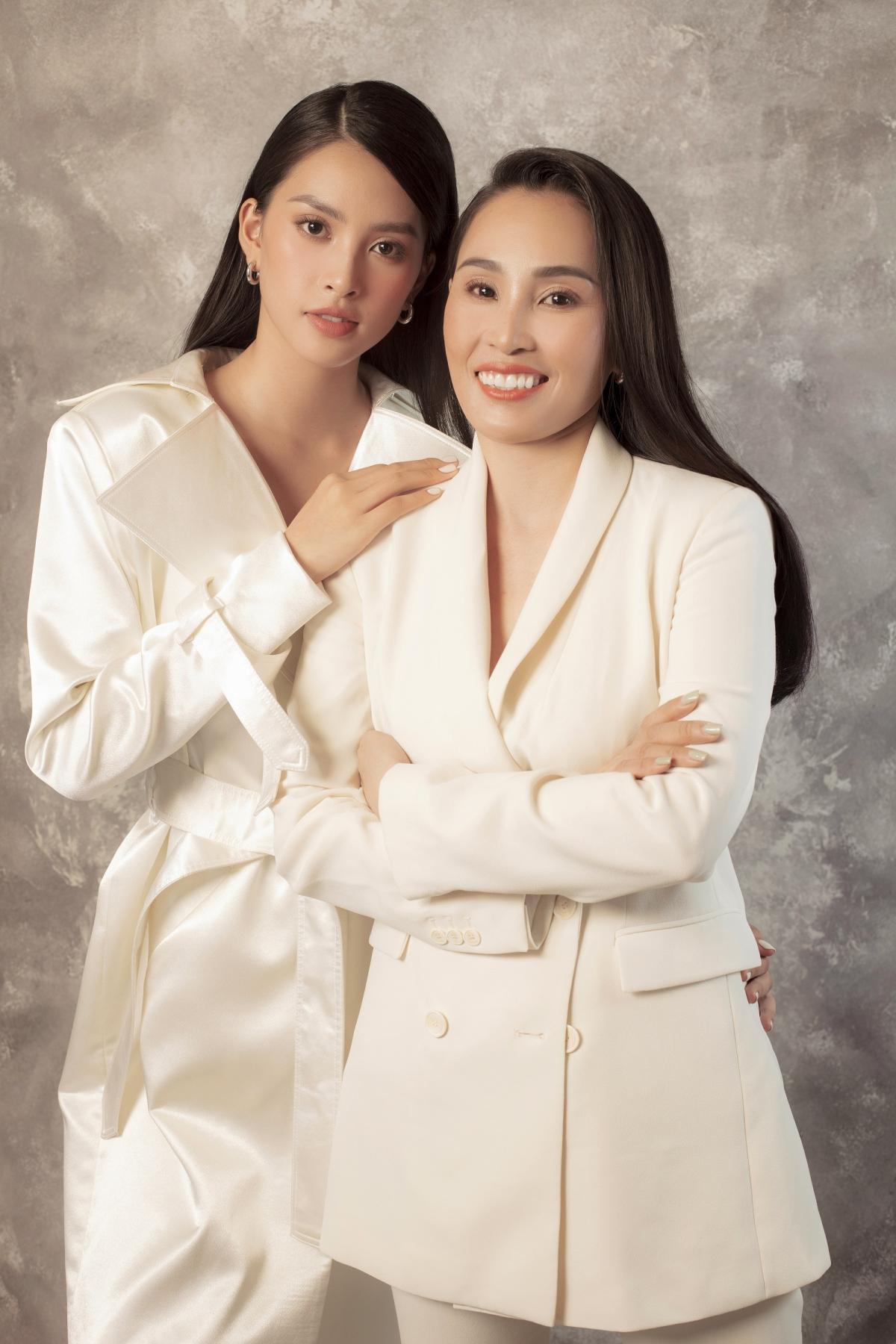 Hoa hậu Tiểu Vy đã nhiều lần xuất hiện cùng mẹ, và cô luôn tự hào về mối quan hệ khăng khít với mẹ mình.