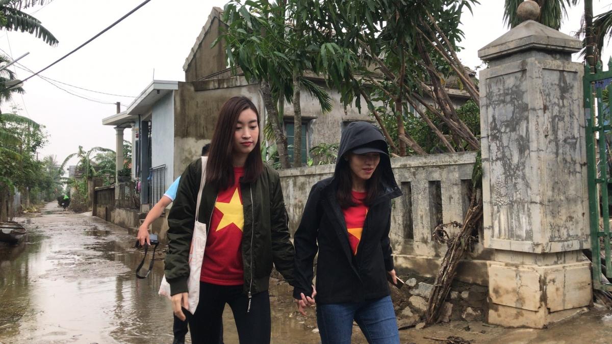 Ngày thứ hai đi vào vùng lũ, BTC Hoa Hậu Việt Nam cùng Đỗ Mỹ Linh - Tiểu Vy - Lương Thuỳ Linh đã trực tiếp đến thăm hỏi và trao tiền mặt cho các hộ dân sau nhiều ngày chống chọi với 4 cơn bão.