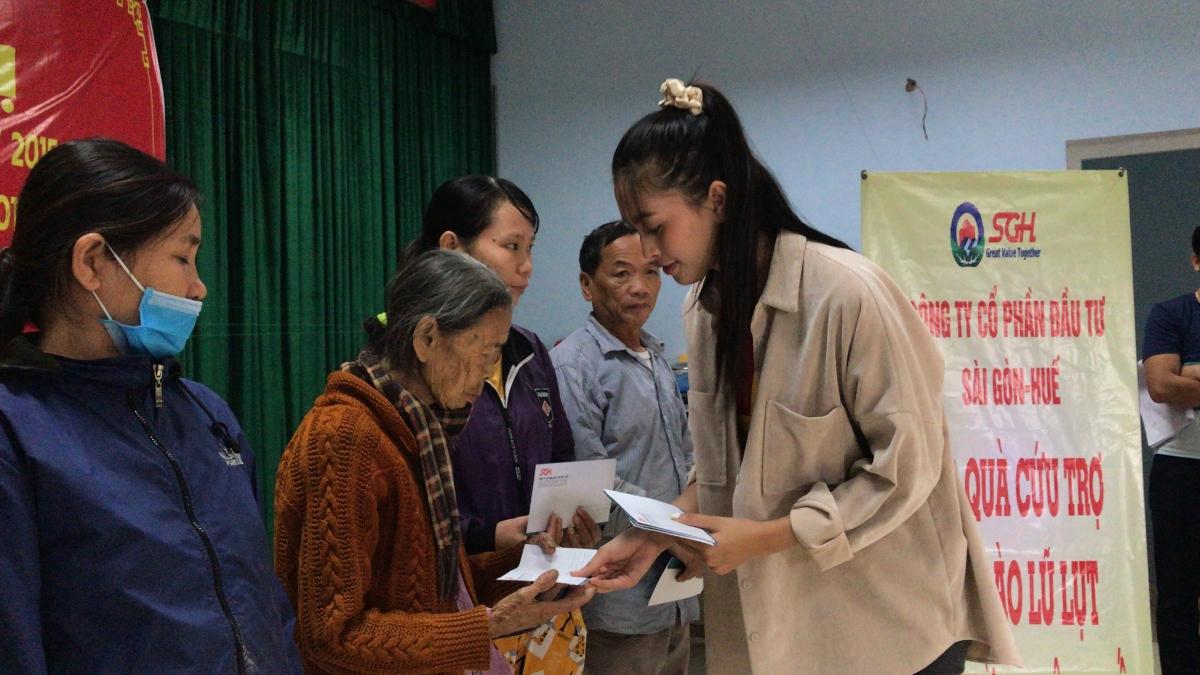 Xót xa hơn khi đoàn từ thiện chứng kiến cảnh nhà cửa tan hoang sau trận bão lũ. Đỗ Mỹ Linh và Thuỳ Tiên đã đến thăm hỏi một cụ già 94 tuổi sống trong vùng lũ nước ngập đến nửa nhà.