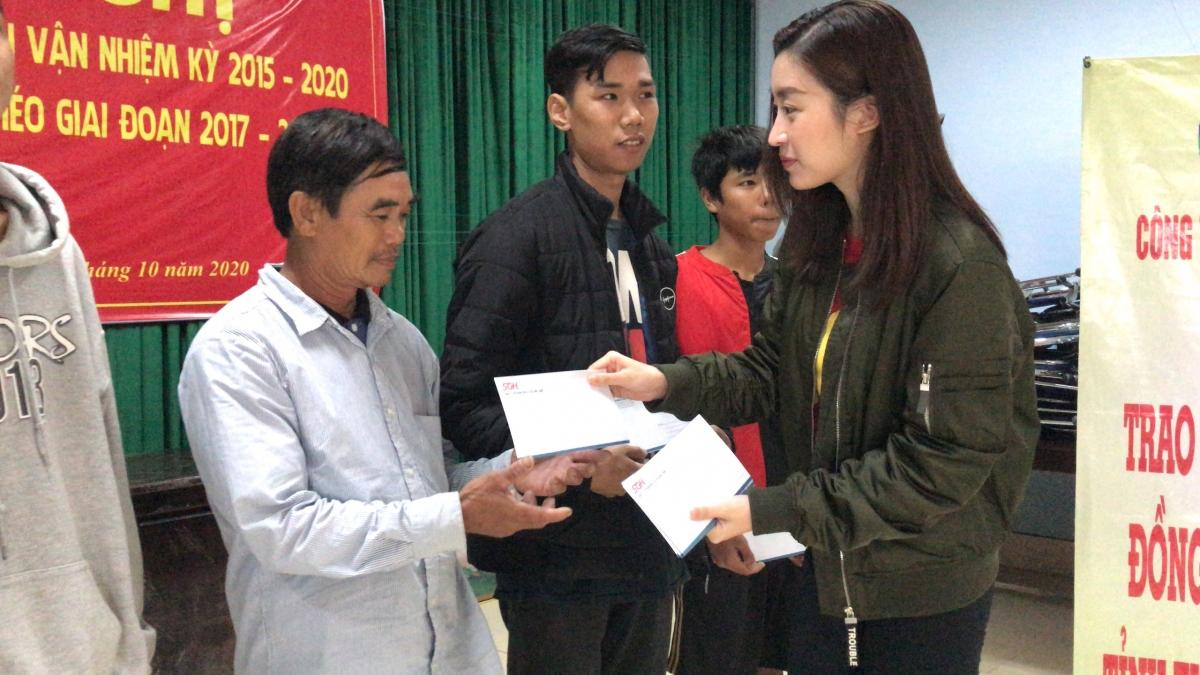 Trong đó, Hoa hậu Đỗ Mỹ Linh cùng nhiều người đẹp khác đã trực tiếp ghé thăm những hoàn cảnh đặc biệt khó khăn, người già bệnh nặng tại xã Hương Phong, TX Hương Trà.