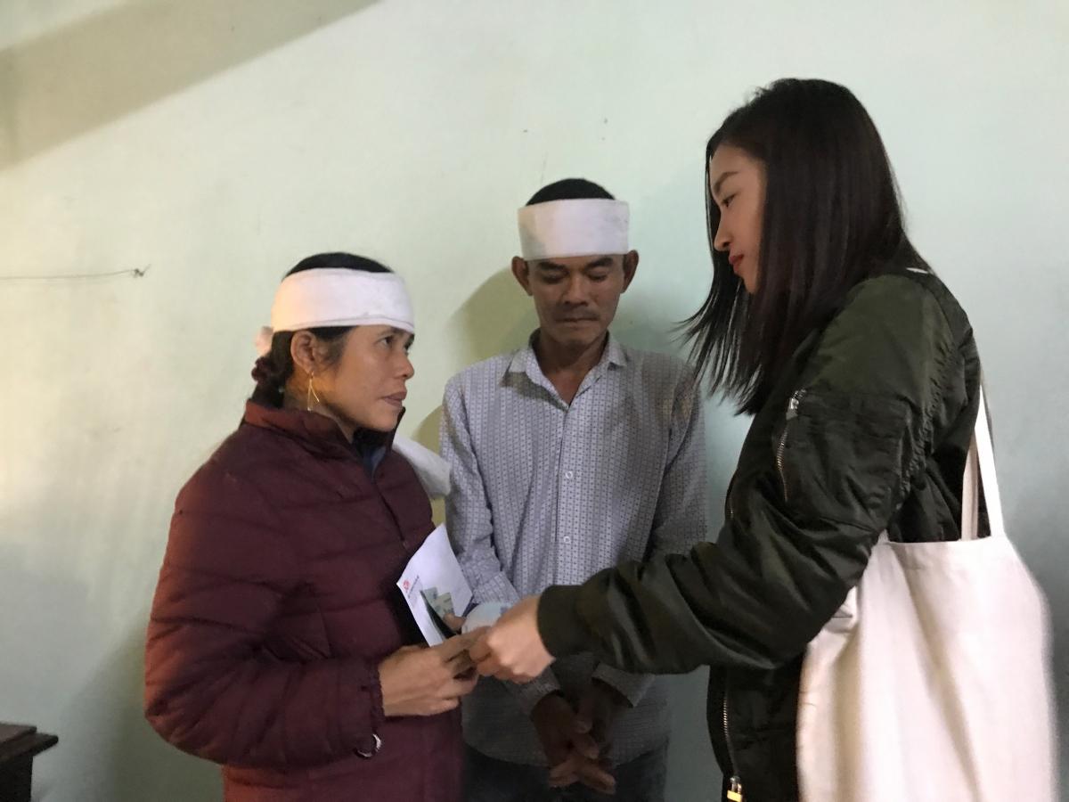 Để việc cứu trợ diễn ra kịp thời, cả đoàn còn chia nhau đến nhiều xã để hỗ trợ tiền mặt cho bà con mau chóng khắc phục hậu quả do thiên tai gây ra.