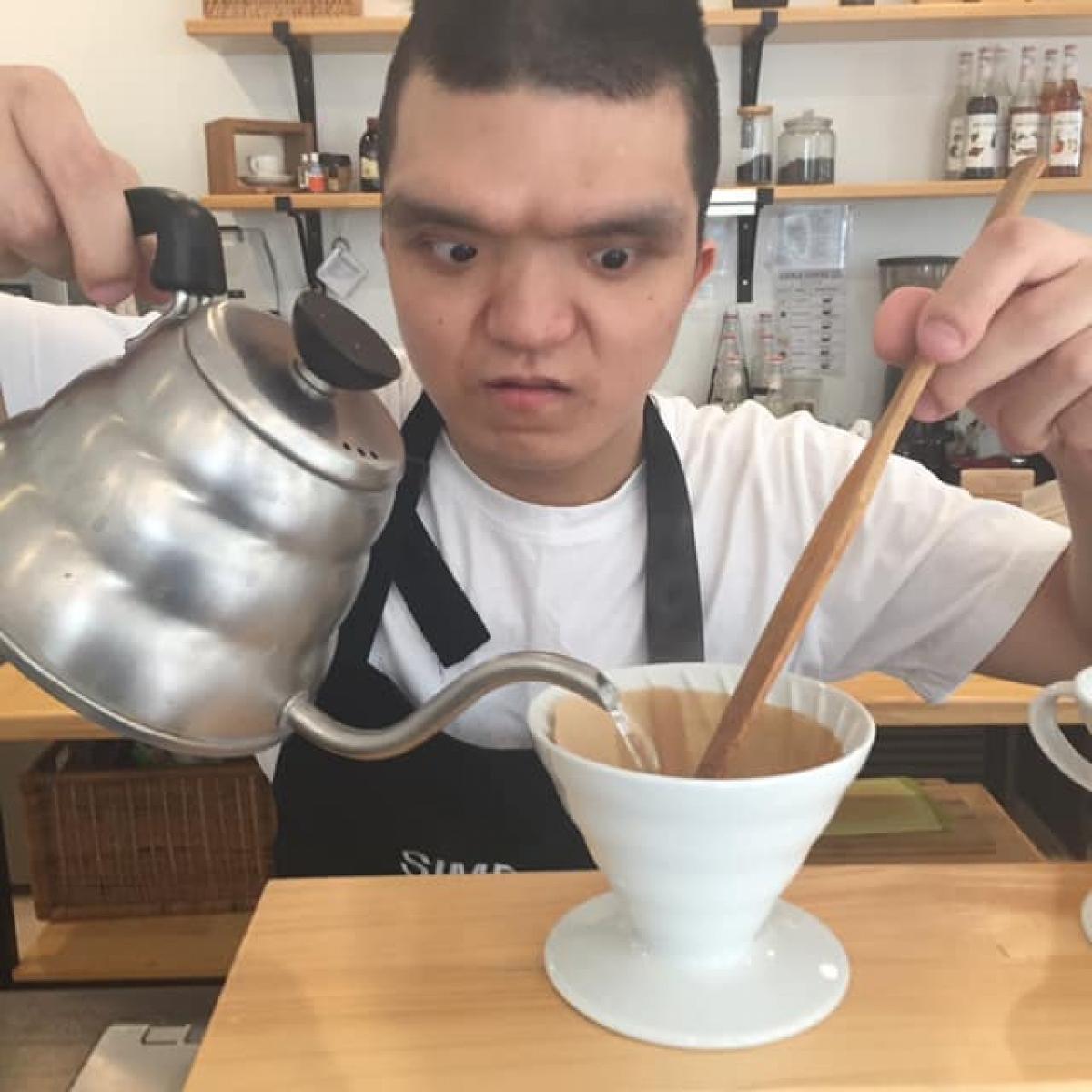 Giờ đây,Hoàng được đánh giá là một nhân viên tuyệt vời (ảnh trên FB Simple Coffee)